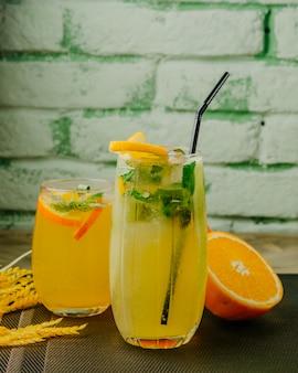 Citrinos limonadas laranja limão água com gás hortelã vista lateral