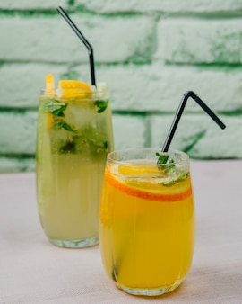 Citrinos limonadas laranja limão hortelã vista lateral