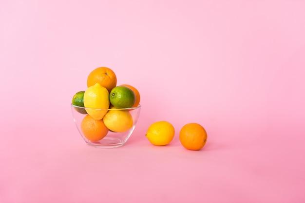 Citrinos saborosos coloridos isolados no fundo rosa. vitamina c, energia e parte de uma dieta saudável.