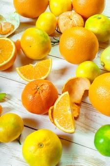 Citrus frutas frescas na mesa de madeira branca