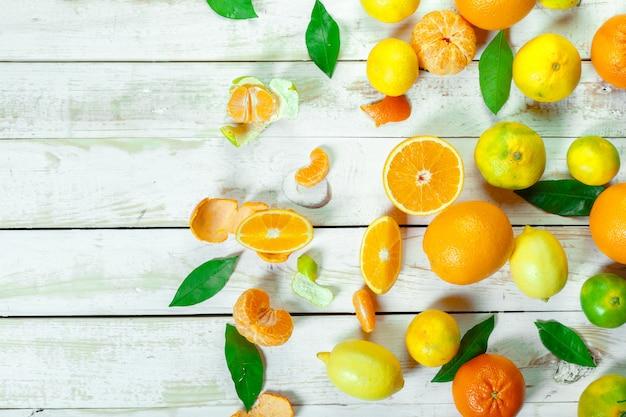 Citrus frutas frescas no branco de madeira