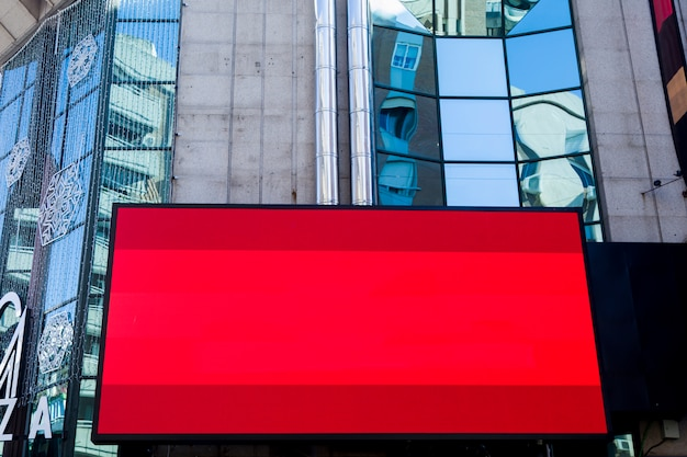 Cityscape com uma tela de publicidade
