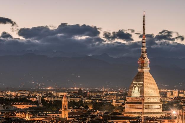 Cityscape de torino (turim, itália) ao entardecer com céu colorido