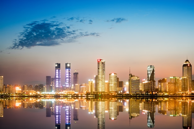 Cityscape e skyline do centro da cidade perto de água de chongqing à noite