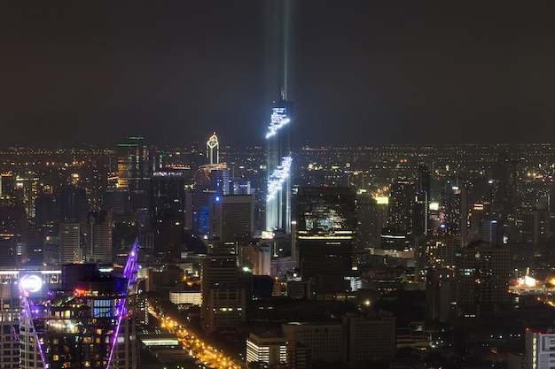 Cityscape lightshow na torre de inauguração em silom é edifícios mais altos