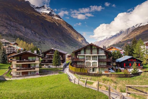 Cityscape valley cidade velha e cenário de montanhas da cidade de zermatt,