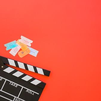 Clapperboard com ingressos de cinema e espaço à direita