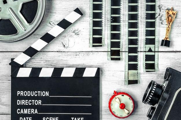 Claquete, carretel, filme e câmera de filme antigo