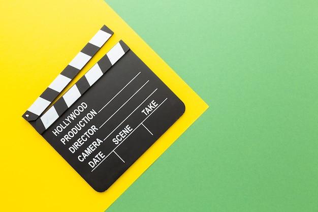 Claquete de câmera retro em uma claquete colorida background.a em um fundo colorido. foto de alta qualidade