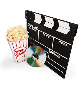 Claquete de cinema, caixa de pipoca e um disco de dvd isolado no branco