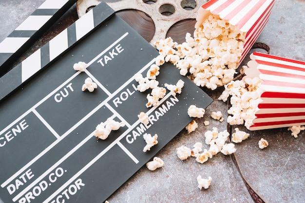 Claquete de cinema com caixa de pipoca