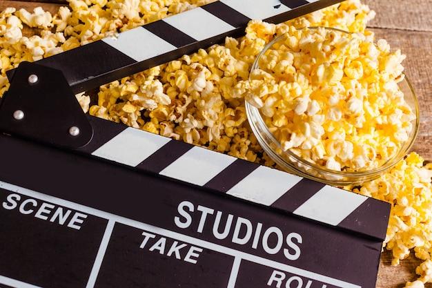 Claquete de cinema e pipoca