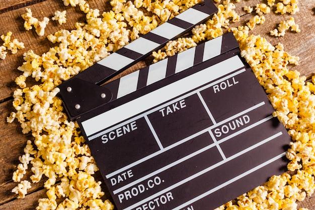 Claquete de cinema e pipocas