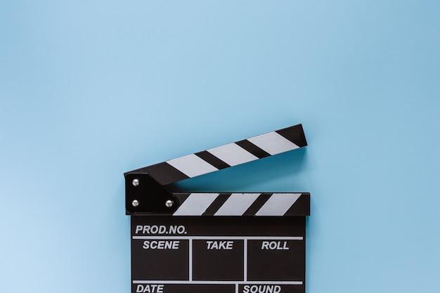 Claquete de cinema em fundo azul para equipamentos de filmagem