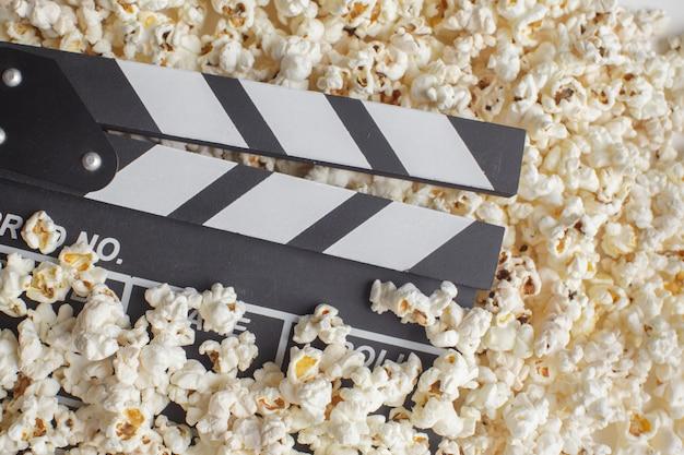 Claquete de cinema em pipoca