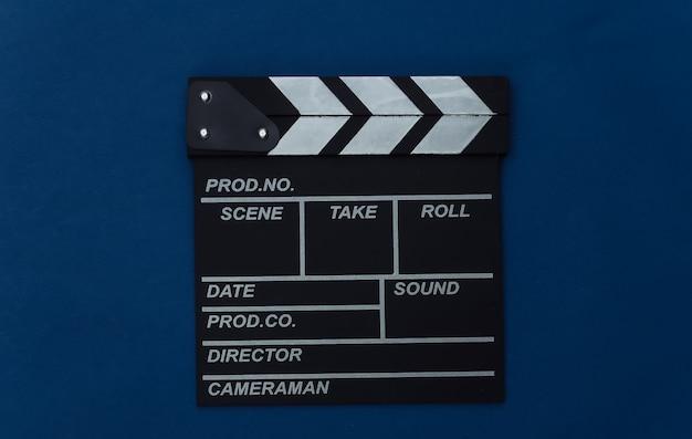 Claquete do filme no fundo azul clássico. cinema, produção de cinema, indústria do entretenimento. cor 2020. vista superior