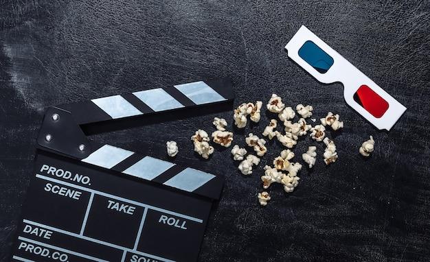Claquete do filme, pipoca e óculos 3d na lousa de giz. indústria do cinema, entretenimento
