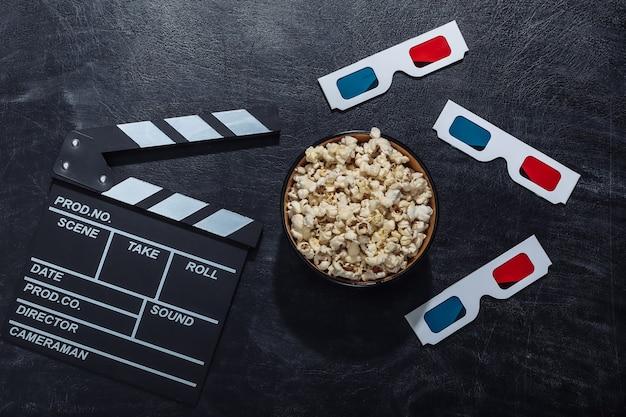 Claquete do filme, tigela de pipoca e óculos 3d na lousa de giz. indústria do cinema, entretenimento