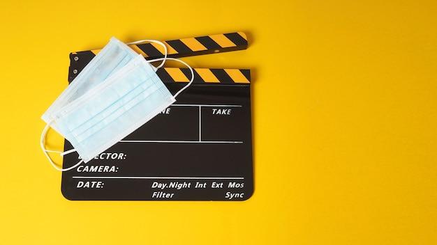 Claquete ou filme com duas máscaras faciais. é usado na produção de vídeo e na indústria do cinema em fundo amarelo.