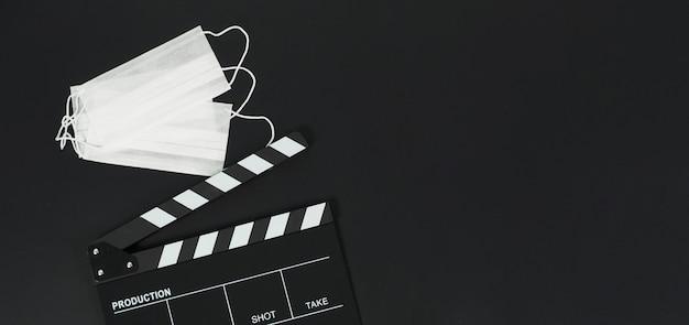 Claquete ou quadro de filme preto e máscara facial em background.it preto usa na produção de vídeo e na indústria cinematográfica.