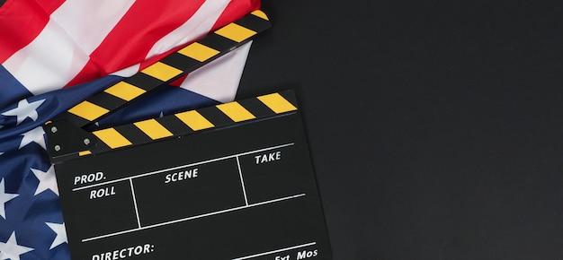 Claquete preta e amarela ou ardósia do filme e a bandeira dos estados unidos da américa (eua) em fundo preto.