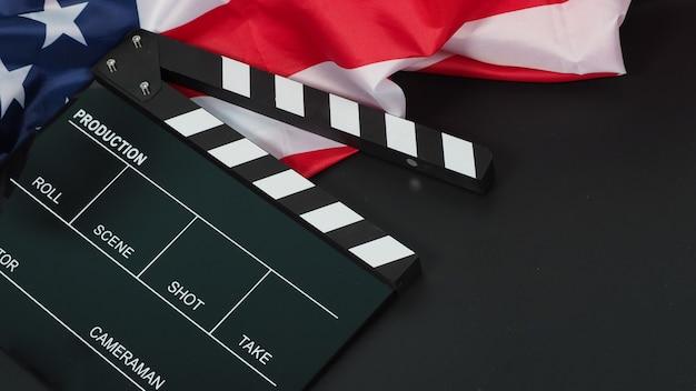 Claquete preta ou filme ardósia bandeira dos estados unidos da américa (eua) em fundo preto.