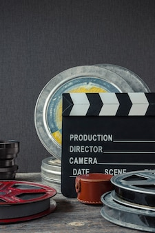 Claquete, uma caixa de filme e lente