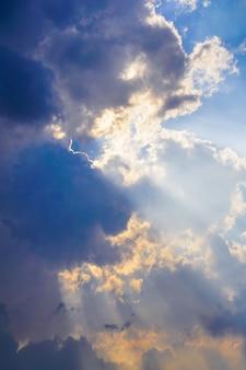 Claramente lindo céu azul com nuvem única.