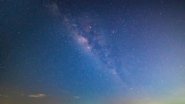 Claramente via láctea no céu noturno.