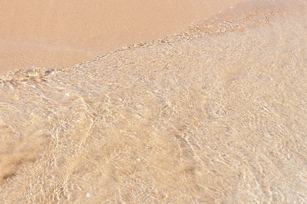 Claro suave onda do mar ou oceano na praia de areia.