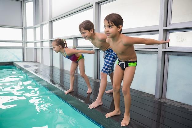 Classe de natação bonito a ponto de pular na piscina