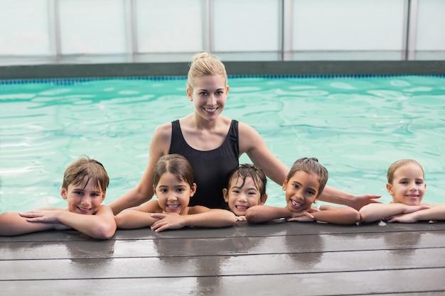 Classe de natação bonito na piscina com treinador