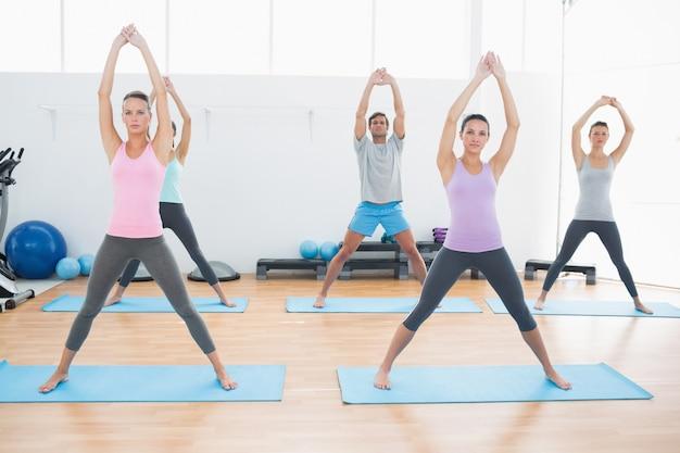 Classe fazendo exercícios de pilate no estúdio de fitness