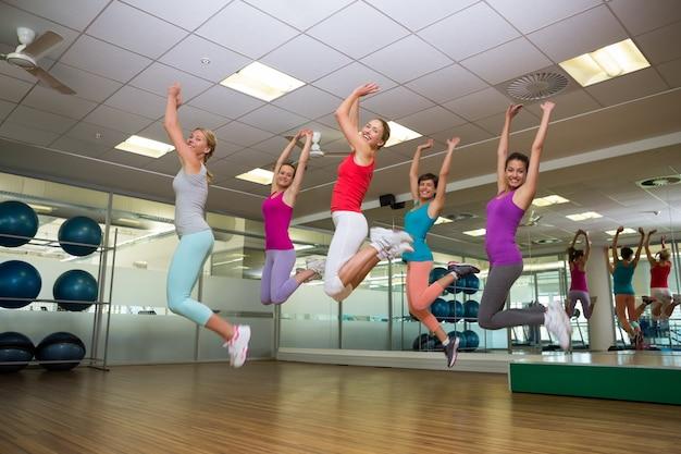 Classe fitness saltando no estúdio