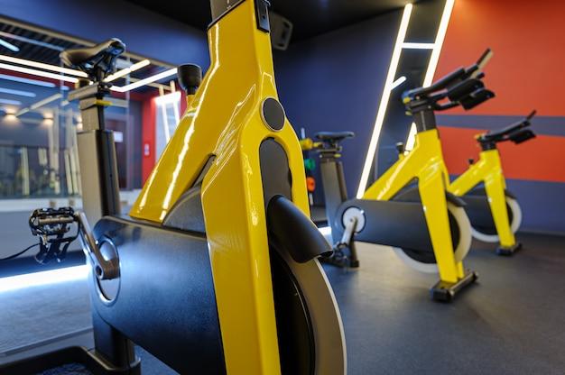 Classe moderna de giro em bicicletas indoor