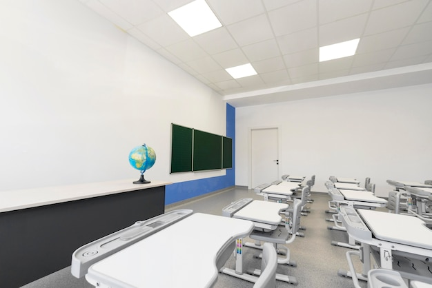 Classe vazia de alto ângulo sem alunos