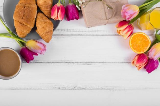 Clássico café da manhã de composição com tulipas