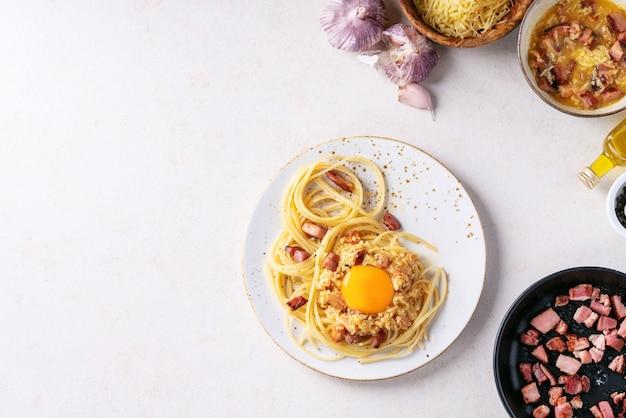 Clássico italiano espaguete pasta alla carbonara