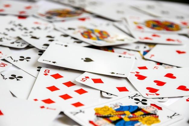 Clássico jogo de cartas disposto sobre uma mesa.
