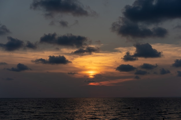 Clássico lindo crepúsculo romântico e incrível momento de pôr do sol na praia de chantaburi - leste da tailândia.