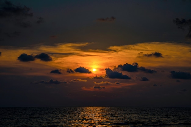 Clássico lindo crepúsculo romântico e incrível momento de pôr do sol na praia de chantaburi