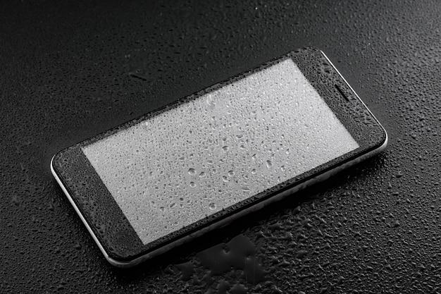 Classificação internacional de proteção contra ingresso - gotas de água líquida no copo do smartphone