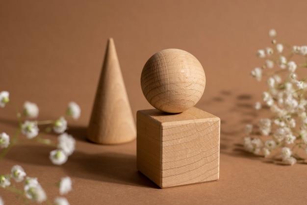 Classificador infantil de brinquedo de madeira com pequenos detalhes em madeira em forma de retângulo de formas geométricas