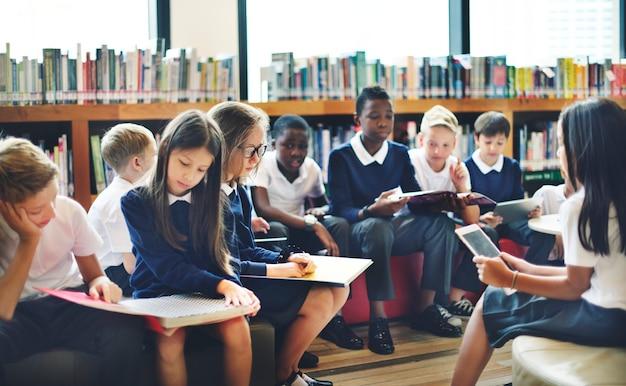 Classmate educate friend conceito de lição de conhecimento