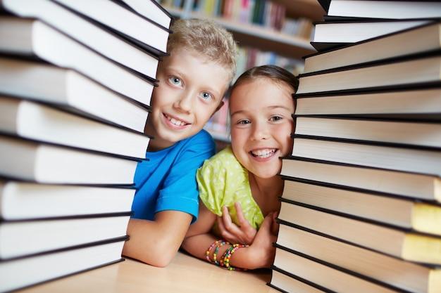 Classmates escondidos por trás dos livros