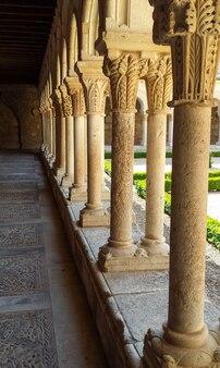 Claustro do mosteiro medieval em burgos. espanha
