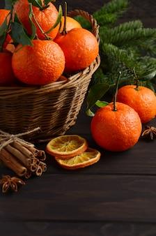 Clementina de tangerina fresca com especiarias no fundo escuro de madeira