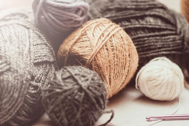 Clews de lã de cor para tricô em fundo branco