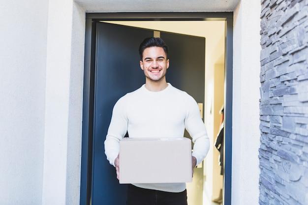 Cliente alegre com caixa entregue