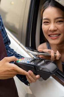 Cliente asiático faz pagamento móvel sem contato